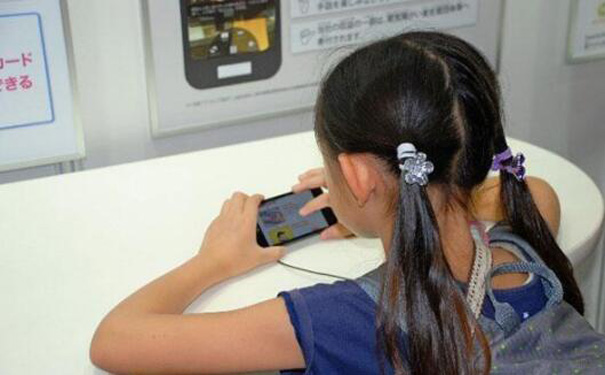 日本6成中小学生和家人在一起时也玩手机